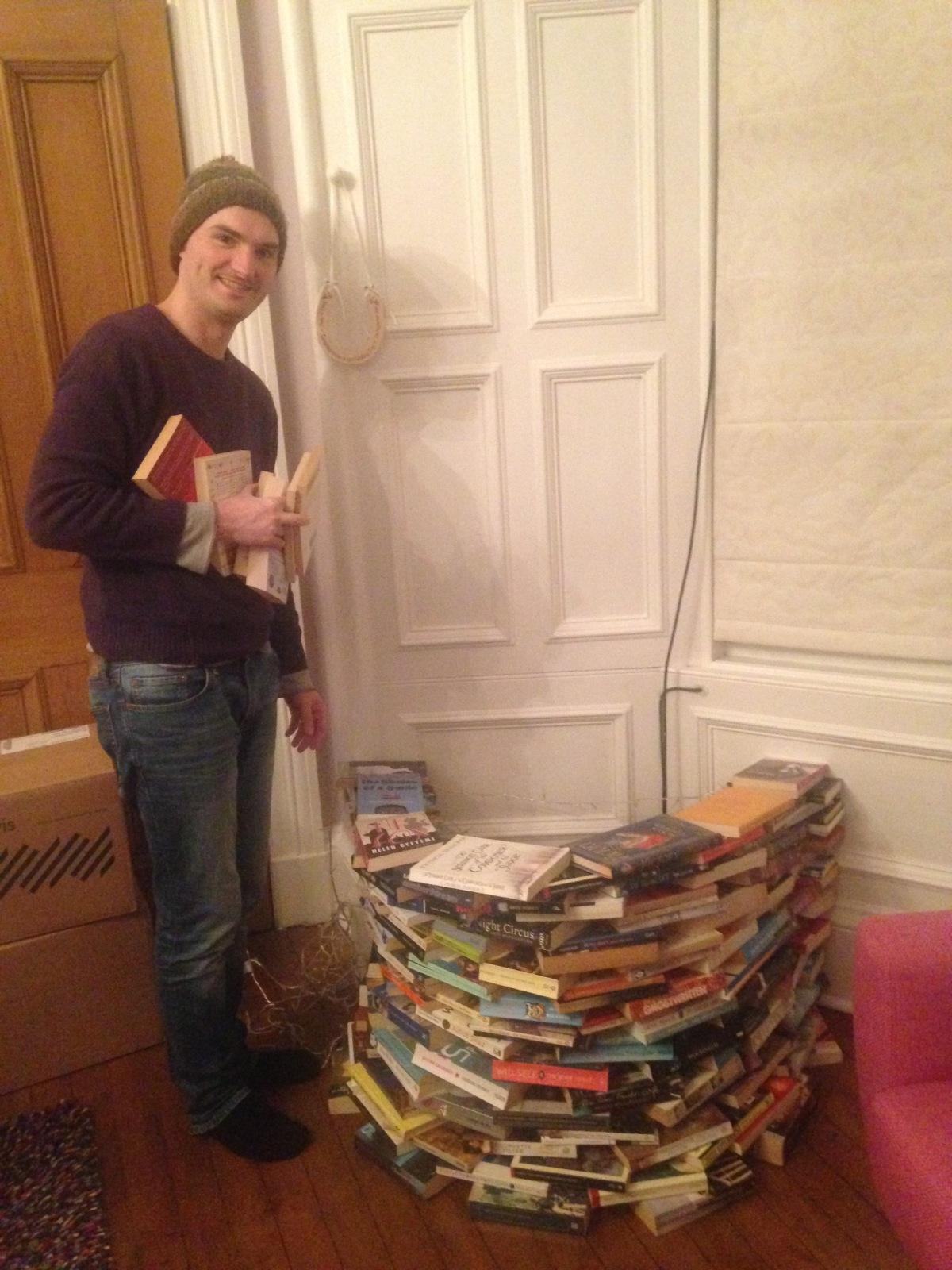 A seasonal alternative to bookshelves: DIY book Christmastree